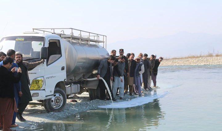 پنجاب سے سوات لائے جانے والے مضر صحت ہزاروں لیٹر دودھ کو پکڑ کر ضائع کردیا گیا۔
