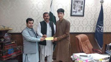 ایڈیشنل ڈی سی سوات کا سوات کے مایہ ناز ٹیبل ٹینس کھلاڑی شاہ خان کے ساتھ مالی معاونت۔