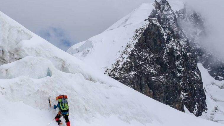 Crossing a steep crevassed ridge on the way to camp 3. Cruzando una empinada cre