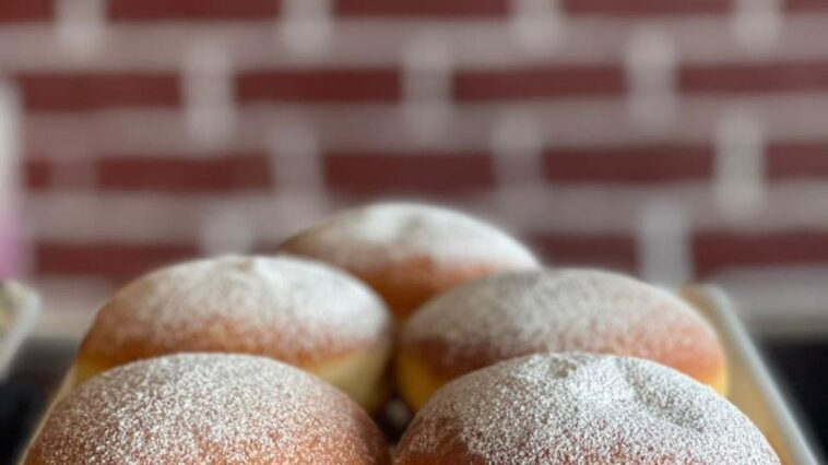 Filled donuts by cafe de siesta. It's always a donut day so it's time to order s